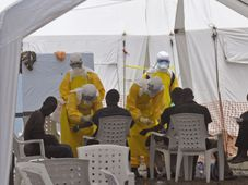 Health workers, attend to patients that contracted the Ebola virus, at a clinic in Monrovia, Liberia, photo: CTK