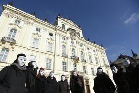 Протест перед Архиепископским дворцом в Пражском граде, фото: ЧТК