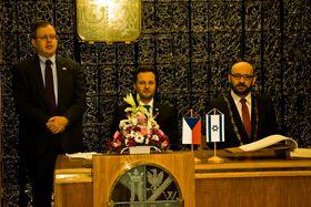 Ambassador Daniel Meron thanking Jaroslava Doležalová in the name of Israel, photo: Vít Pohanka