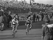 Täve Schur (links). Foto: Wim van Rossem, Nationaal Archief Fotocollectie Anefo, CC BY-SA 3.0 NL