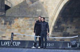 Tomáš Berdych aRoger Federer na lodi pod Karlovým mostem, foto: ČTK