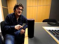 Redakteur Ian Willoughby mit Alexa (Foto: Ondřej Tomšů)