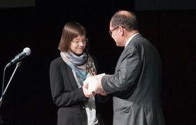 Corinna Anton erhält Journalistenpreis aus den Händen von Bundeslandwirtschaftsminister Christian Schmidt. (Foto: Ondřej Staněk, Deutsch-Tschechischer Zukunftsfonds)