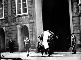 Vojáci nesou rakev sostatky T. G. Masaryka, foto: archiv Vojenského historického ústavu