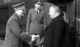 Jozef Tiso (rechts). Foto: Narodowe Archiwum Cyfrowe, Public Domain