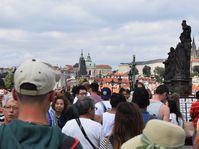 Turisté na Karlově mostě, foto: Ondřej Tomšů