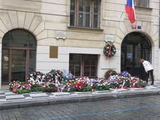 Венки в память Яна Оплетала, Фото: Kychot CC BY-SA 4.0, Открытый источник