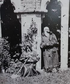 Zwei Mönche vor der Burg Zvíkov (Foto: Jindřich Eckert, Martina Schneibergová)