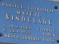 Pamětní deska Matěje Šindeláře na fotbalových šatnách v Kozlově, Jirr CC BY-SA 4.0 Wikimedia Commons, Public Domain