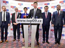 De izquierda: Marek Ženíšek, Jan Vitula, Markéta Pekarová Adamová, Jiří Pospíšil, Tomáš Czernin y Michal Kučera (Foto: ČTK)