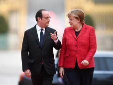 French President Francois Hollande greets German Chancellor Angela Merkel prior to their meeting at the Versailles castle, France, March 6, 2017, photo: CTK
