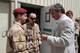 Чешские военнослужащие в Афганистане беседуют с министром обороны ЧР Мартином Стропницким, архивное фото: официальный сайт Армии ЧР