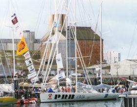 PRB bateau d'Isabelle Autissier, au départ du Vendée Globe 1996-1997, photo: Eric HOUDAS, CC BY-SA 4.0