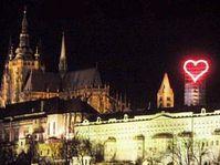 Rotes Neonherz leuchtet auf der Prager Burg