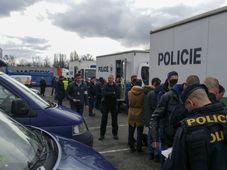 La police des étrangers a procédé à l'arrestation de 85 personnes dans le cadre d'un contrôle effectué dans un entrepôt de la société Rohlik.cz, photo: ČTK