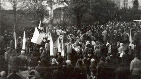 Setkání studentů na Albertově 17. listopadu 1989, foto: archiv Univerzity Karlovy
