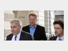 Франтишек Савов выходит из здания лондонского суда, июнь 2015, Фото: ЧТК