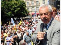 C'est sous les sifflets et les cris des manifestants, visiblement mécontents, que le ministre de la Santé Leoš Heger, s'est présenté place Palacký mardi midi, photo: CTK