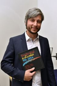 Душан Радованович и книга «Свободные и лихие 90-е», фото: Томаш Воднански, Чешское радио
