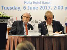 Президент Милош Земан (справа) в Ханое, Фото: ЧТК