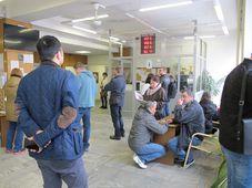 Иностранцы ждут подачи документов в пражском департаменте Полиции по делам иностранцев, Фото: Ондржей Томшу, Чешское радио - Радио Прага