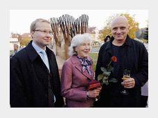 Le maire Tomas Chalupa, Mme Linda Wichterle et l'artiste Michal Gabriel devant le monument, photo: CTK