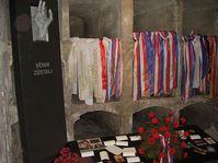 Памятник семи погибшим парашютистам в крипте собора с эпитафией «Остались верны», фото: Гоза Грон CC BY 3.0