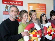Von links: Moderatoren Tomas Hanak und Marcela Augustova (Foto: www.pomoztedetem.cz)