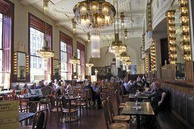 Café en la Casa Municipal, foto: Hans Peter Schaefer / CC BY-SA 3.0