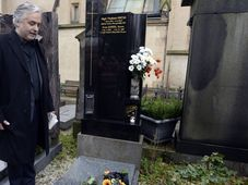 President of the Czech Actors' Association Ondřej Kepka at Ivan Jandl's grave at Prague's Vyšehrad cemetery, photo: CTK