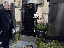 President of the Czech Actors' Association Ondřej Kepka at Ivan Jandl's grave at Prague's Vyšehrad cemetery, photo: CTK