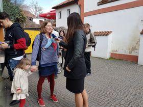 Redaktorka Martina Bílá při malém interview snávštěvníky pražské zoo, foto: Ondřej Tomšů