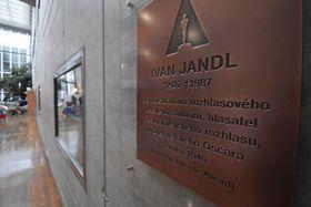 Une plaque commémorative de Jandl, photo : Ondřej Tomšů