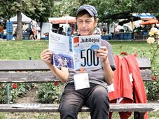 Un vendeur du magazine Nový prostor, photo: Facebook de Nový prostor