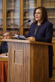 Liliana de Olarte de Torres-Muga en podio, foto: Cortesía de Embajada Perú