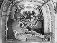 Parašutisté v letounu Whitley, foto: VHÚ