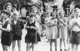 Les enfents de Terezín à l'occasion de la visite de la Croix-Rouge, photo: United States Holocaust Memorial Museum, Washington, DC