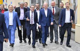 Ведущие представители социал-демократов - в центре Любомир Заоралек (слева) и Богуслав Соботка, Фото: ЧТК