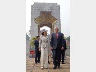 Le président Klaus et son épouse au Vietnam, photo: CTK