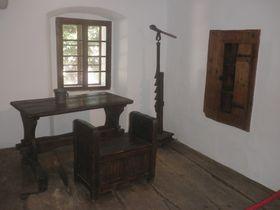 Husova světnička, na stěně vpravo je vidět Husova knihovnička, foto: Qasinka, CC0 1.0