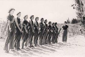 Entrenamiento de milicianas en el kibbutz Mishmar HaEmek. Foto: public domain