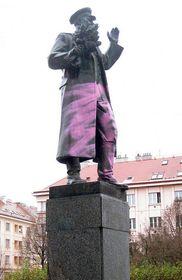 В 2015 г. неизвестные покрасили нижнюю часть памятника в розовый цвет, фото: ЧТ24