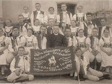 František Půček inmitten der katholischen Jugend Omladina (Foto: Privatarchiv von Aleš Naňák)