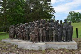 Bronzestatue mit den 82 überlebensgroßen Kinderfiguren (Foto: Ondřej Tomšů)