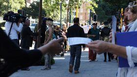 Werbezettel verteilen - rozdávat letáky (Foto: perthhdproductions, CC BY 2.0)