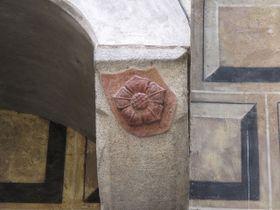 Pětilistá růže je symbolem šlechtický rodů, které vzešly zVítkovců, foto: Public Domain