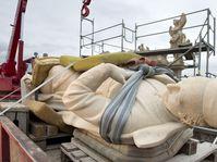 Установление скульптуры Франческа Борджиа на Карловом мосту, Фото: ЧТК