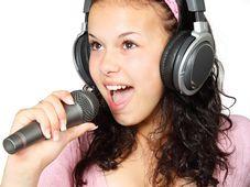 Gesang - zpěv (Foto: PublicDomainPictures, Pixabay / CC0 Public Domain)