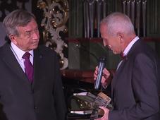 Милан Шаманек получает премию Neuron из рук известного кардиохирурга Яна Пирка, Фото: ЧТ24