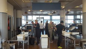 Проверка пассажиров в пражском аэропорту им. Вацлава Гавела, Фото: Клара Стейскалова, Чешское радио - Радио Прага